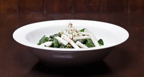 Spinach salad with pears served with a ricotta and herbs dip